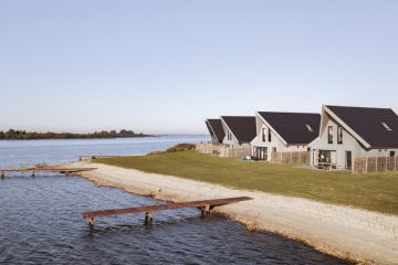 Rijtje luxe vakantiehuizen aan het Lauwersmeer