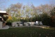Tuin met jacuzzi bij een vakantiehuis op Texel