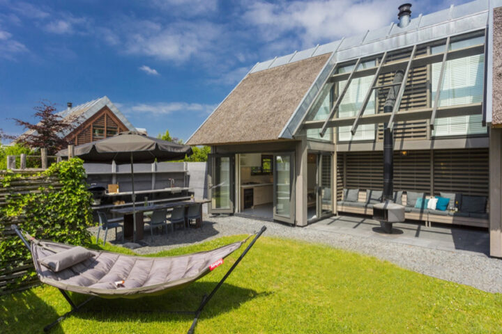 Luxe vakantiehuis met buitenhaard en hangmat in de tuin