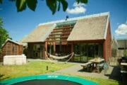 Luxe vakantiehuis met jacuzzi en trampoline in de tuin