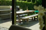 Zicht op de eettafel vanuit de woonkamer