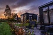Twee bungalows met een donkere lucht op de achtergrond
