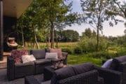 Loungeset in een groene tuin