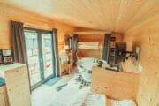 Zithoek en stapelbed in een tiny house