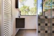 Moderne badkamer in het vakantiehuis op de Veluwe
