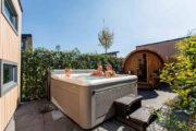 Tuin met jacuzzi en sauna
