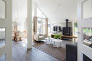 Woonkamer met een licht interieur en een houtkachel op Texel