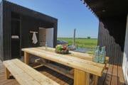 Picknicktafel op het terras van een vakantiehuisje