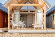 Terras met lounge stoelen voor het strandhuisje