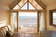 Zicht op zee vanuit het strandhuis in Zeeland