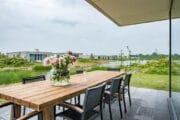 Eettafel op het terras, zicht op het water