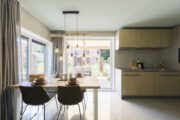 Eethoek en zicht op de keuken in de Duinlodge