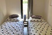 Slaapkamer met twee losse bedden in het tiny house
