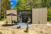 Vakantiehuis met terras met vuurschaal en hangstoel