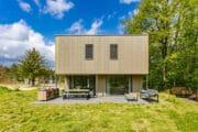 Modern vakantiehuis met groot terras met buitenkeuken