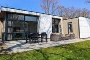 Modern wit vakantiehuis met terras