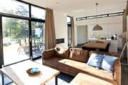 Modern interieur in een vakantiehuis van Droomparken