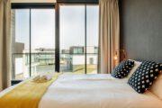 Slaapkamer in de vakantievilla met zicht op de andere villa's
