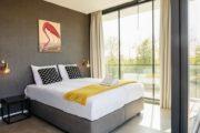 Moderne slaapkamer met grote ramen