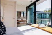 Slaapkamer met badhoek en grote schuifpui