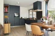 Zwarte keuken met eettafel in het vakantiehuis in Drenthe