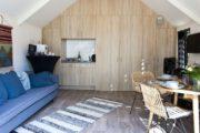 Doorkijk in het tiny house met eethoek en zithoek