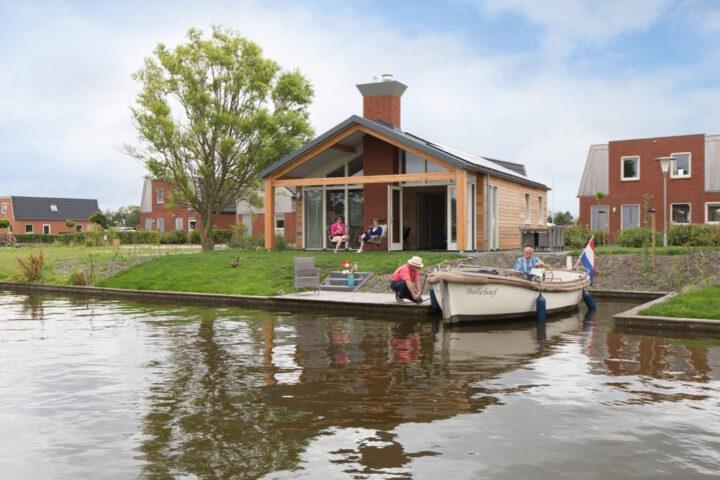Vakantiehuis aan het water, met sloep voor de deur