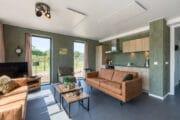 Vakantiehuis met keuken, groene wanden en zithoek met twee banken