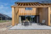 Zij aanzicht van het vakantiehuis met terras