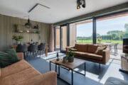 Moderne woonkamer met grote glazen pui