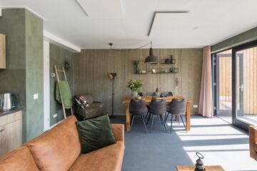 Woonkamer met een eigentijds interieur in het vakantiehuis