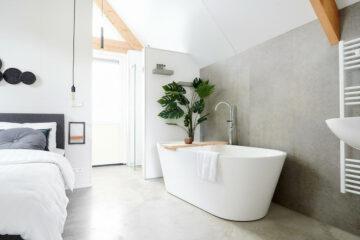 Vrijstaand ligbad in het wellness huisje