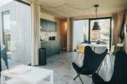 Woonkamer met grote glazen schuifdeuren in het vakantiehuis