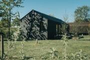 Zwart houten vakantiehuis in Ouddorp aan Zee