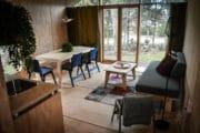 Woonkamer van het stoere houten vakantiehuis