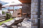 Terras met ligstoelen bij het vakantiehuis