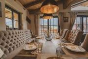 Eettafel met luxe eetstoelen en bank langs de muur