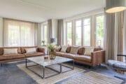 Lichte woonkamer van de luxe vakantievilla op Ameland