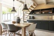 Keuken en eettafel in het Dutchen vakantiehuis op Ameland