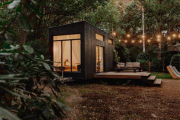 Sfeerlampjes in de tuin bij het tiny house