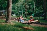 Hangmat bij het vakantiehuis in het bos