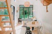 Eethoek in het tiny house in het bos in België