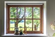 Uitkijk op de natuur door het raam