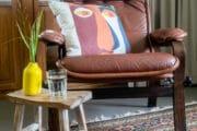 Zithoek met leren stoel in het vakantiehuis