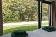 De bosvilla in Vrouwenpolder heeft een slaapkamer met uitzicht op het groen