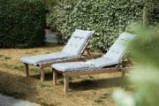 Ligbedden in de tuin van de luxe vakantievilla bij Schoorl