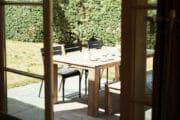 Kijkje vanuit het huisje op de eettafel op het terras