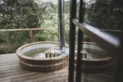 Hot tub op het terras in de boomhut