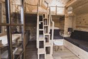 Boomhut met een tiny house interieur