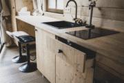 Keuken met eetplekken in de boomhut